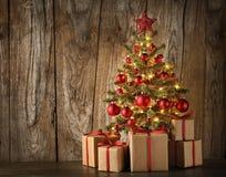 Verzierter Weihnachtsbaum und Geschenke Stockfotografie