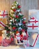 Verzierter Weihnachtsbaum und Weihnachtsgeschenkboxen Stockbilder