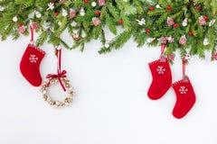 Verzierter Weihnachtsbaum, Weihnachtskranz und rote Socken auf weißem hölzernem Hintergrund Kopieren Sie Raum, Draufsicht Stockfoto