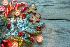 Verzierter Weihnachtsbaumast mit Plätzchen und Süßigkeiten Stockfotografie