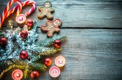 Verzierter Weihnachtsbaumast mit Plätzchen und Süßigkeiten Stockbild