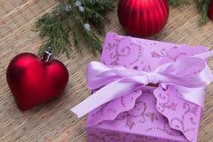 Verzierter Weihnachtsgeschenkkasten mit roten Kugeln lizenzfreie stockfotografie