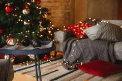 Verzierter Weihnachtsraum mit schönem Tannenbaum lizenzfreie stockbilder