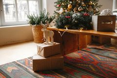 Verzierter Weihnachtsraum mit schönem Tannenbaum stockfoto