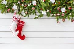 Verzierter Weihnachtstannenbaum, Weihnachtssocken auf weißem Hintergrund des hölzernen Brettes Draufsicht, Kopienraum Lizenzfreies Stockfoto