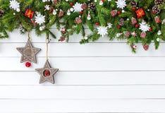 Verzierter Weihnachtstannenbaumast mit auf weißem Hintergrund des hölzernen Brettes Draufsicht, Kopienraum Lizenzfreies Stockbild