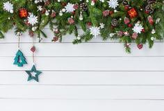 Verzierter Weihnachtstannenbaumast mit auf weißem Hintergrund des hölzernen Brettes Draufsicht, Kopienraum Lizenzfreie Stockbilder