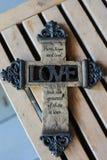 Verziertes christliches Kreuz stockfotos