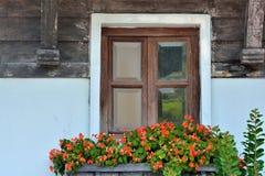 Verziertes hölzernes Fenster der gealterten Architektur Stockfotos
