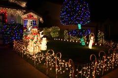 Verziertes Haus mit Weihnachtsleuchten Stockfotos