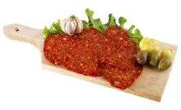 Verziertes Lebensmittel auf hölzerner Platte mit Salami, Schinken und Olive stockfotos