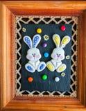 Verziertes Ostern Bunny Cookies Colored Candies Chamomiles über b Lizenzfreie Stockfotografie