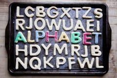 Verziertes Plätzchen ALPHABET auf Backblech Stockbilder