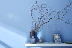 Verziertes Regal auf moderner Innenarchitektur der blauen Wand Stockfotos