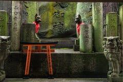 Verziertes Schongebiet mit Statuen des japanischen Fuchses Kitsune Stockfoto