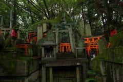 Verziertes Schongebiet mit Statuen des japanischen Fuchses Kitsune Stockbilder