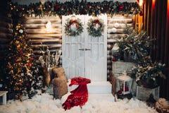 Verziertes Studio für Weihnachtsfeiertag mit Türen in der Mitte stockfoto