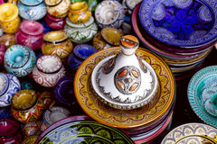 Verziertes tagine und traditionelle Marokko-Andenken Stockfotografie