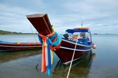 Verziertes thailändisches traditionelles Fischerboot auf einem tropischen Strand lizenzfreies stockfoto