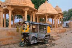 Verziertes tuk-tuk parkte an Gadi Sagar-Tempel, Jaisalmer, Indien Stockfotos
