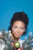 Verziertes Weihnachtsportrait der ethnischen Frau lizenzfreies stockfoto