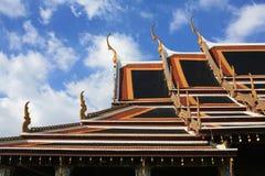 Verzierung: ausführliches Tempeldach gegen blauen Himmel Stockfotos