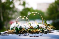 Verzierung des Hochzeitsautos Stockfoto