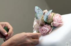 Verzierung des Hochzeitskuchens stockfoto