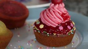 Verzierung des kleinen Kuchens stock video