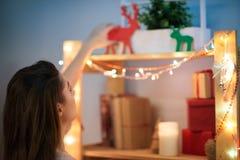 Verzierung des Raumes für Weihnachtsfeier Lizenzfreie Stockbilder
