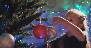 Verzierung des Weihnachtsbaums stock video