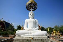 Verzierung: einzelne sehr große weiße Buddha-Statue Lizenzfreie Stockbilder