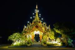 Verzierung: Nachtlandschaft des hellen buddhistischen Schreins inChiangsaen Lizenzfreie Stockfotos
