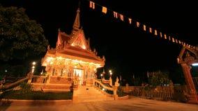 Verzierung: Nachtlandschaft des hellen buddhistischen shrin Lizenzfreies Stockfoto