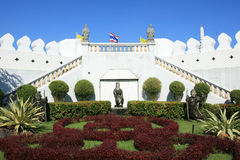 Verzierung: schöner Garten nahe weißer Wand Lizenzfreies Stockbild