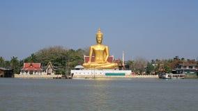 Verzierung: sehr große Goldbuddha-Statue nahe Fluss Lizenzfreies Stockbild