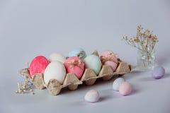 Verzierung von Eiern Ostern kommt bald stockfotografie