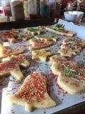 Verzierung von geschnittenen Zuckerplätzchen für Weihnachtsfeiertage Lizenzfreie Stockfotografie