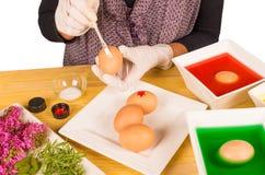 Verzierung von Ostereiern lizenzfreie stockfotografie