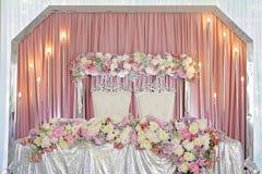 Verzierung von schönen bunten Blumen stieg und Kunstdekorabschluß der Pfingstrose von rosa Lizenzfreies Stockbild
