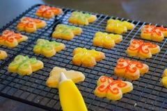 Verzierung von Schmetterlings-Keksen mit Glasur Lizenzfreie Stockfotos