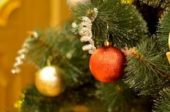 Verzierungen auf dem Weihnachtsbaum Stockbilder