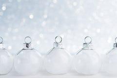Verzierungen der weißen Weihnacht auf Funkeln bokeh Hintergrund mit Raum für Text Lizenzfreie Stockbilder