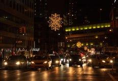 Verzierungen, die über New- York Citystraßen hängen stockfotografie