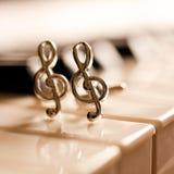 Verzierungen in Form eines Violinschlüssels auf Klaviertastatur Stockbild