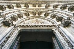 Verzierungen im Bogen der Einstiegstür einer Kirche, Sevilla, Spanien stockbilder