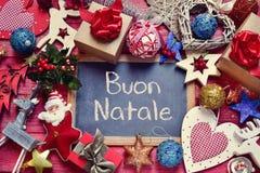 Verzierungen und Text buon natale, frohe Weihnachten auf italienisch Stockfotografie