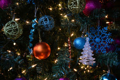 Verzierungen am Weihnachtsbaum Stockfoto