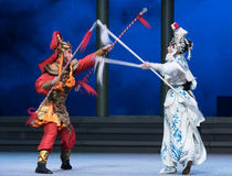 """Verzilver de spear-zesde overstromingen gouden heuvel-Kunqu Opera""""Madame Witte Snake† van het handelingswater Stock Afbeeldingen"""