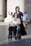 Verzorger en gehandicapte dame royalty-vrije stock afbeelding